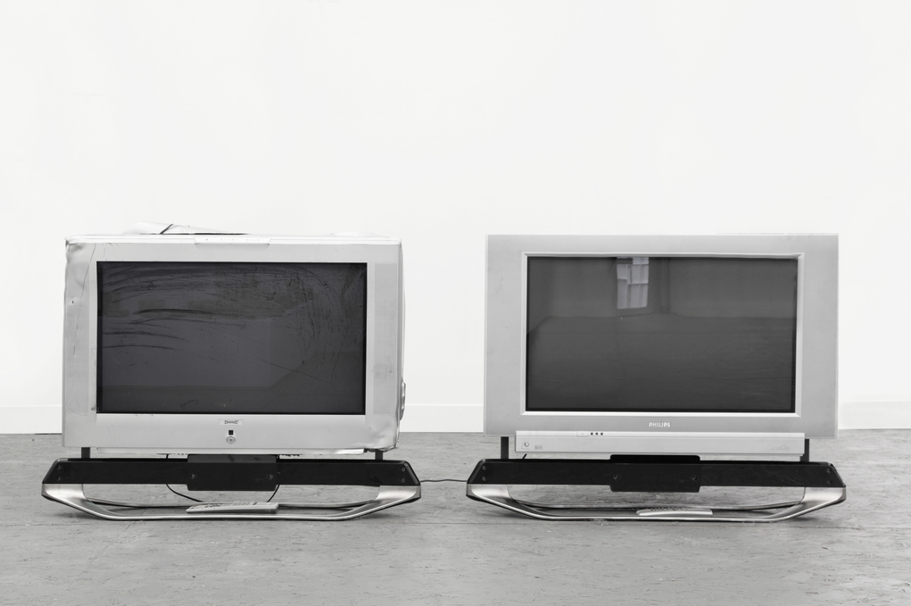 Simon Denny, Screen Crush Comparison 1, 2013, CRT televisions, 70 x 58 x 90 cm