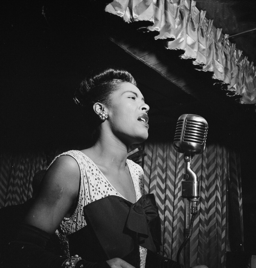 Billie_Holiday,_Downbeat,_New_York,_N.Y.,_ca._Feb._1947_(William_P._Gottlieb_04251)