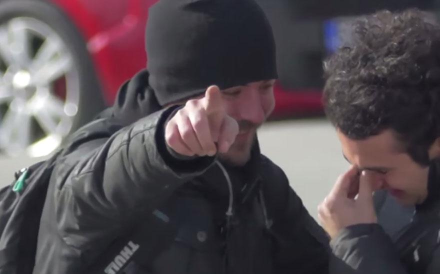 town-learns-sign-language-deaf-muharrem-samsung-video-ca_004