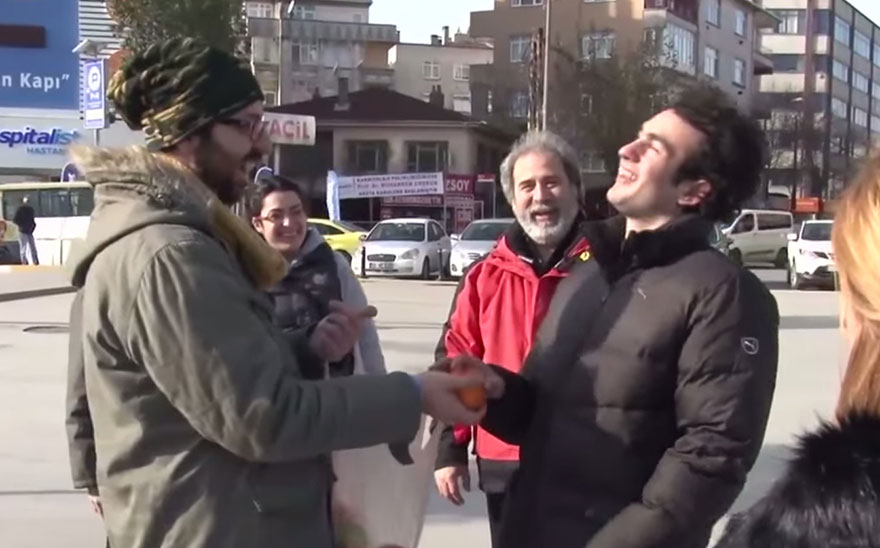 town-learns-sign-language-deaf-muharrem-samsung-video-ca_014