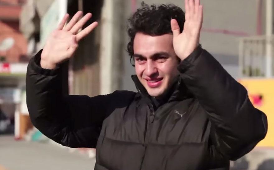 town-learns-sign-language-deaf-muharrem-samsung-video-ca_016