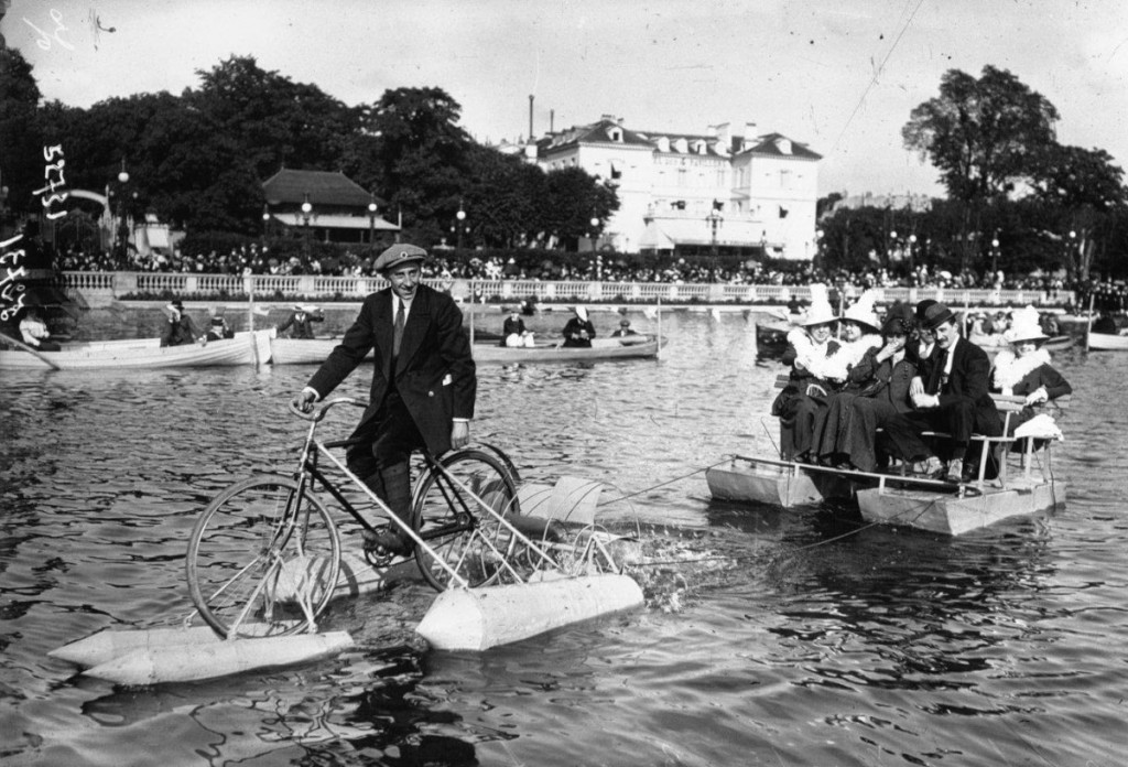 Competition for water cycles on Lake Enghien. The Duguet towing a raft