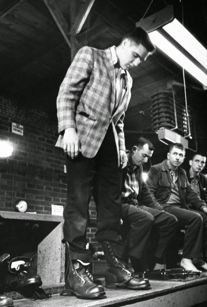 ElvisPresleyJoinstheArmyin19586