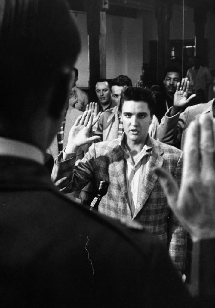 ElvisPresleyJoinstheArmyin19588