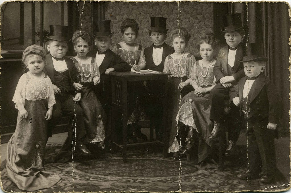 Hans+Kasemann+and+his+Midget+Troupe,+1920s+(1)