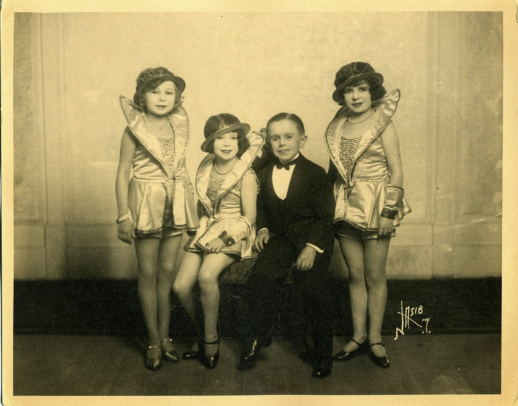 Hans+Kasemann+and+his+Midget+Troupe,+1920s+(5)
