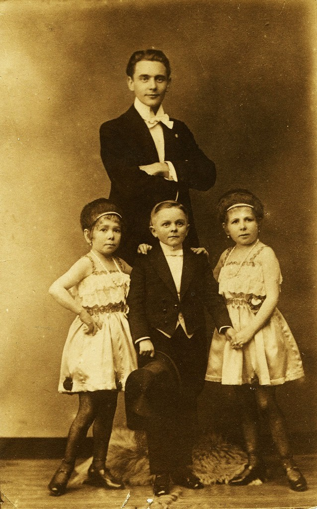 Hans+Kasemann+and+his+Midget+Troupe,+1920s+(50)