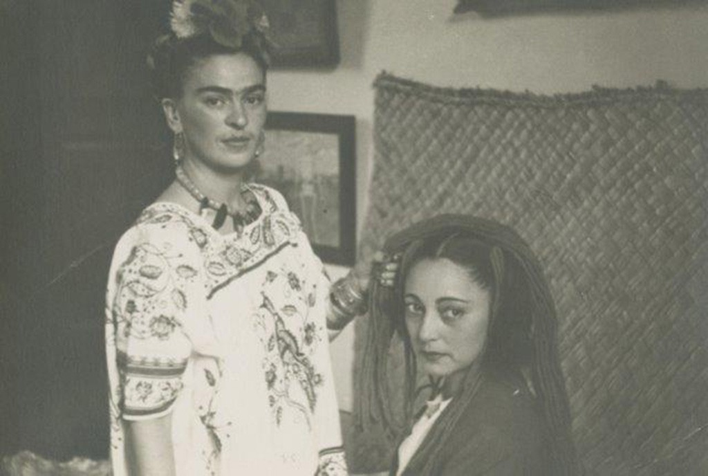 THROCKMORTON_Anonymous_image_of_Frida_Kahlo_braiding_Rosa_Covarrubias_hair_1940_gelatin_silver_print_4.75x6