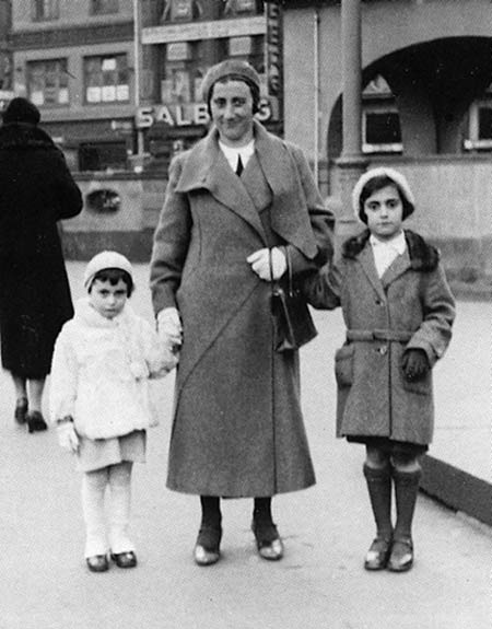 Anne Frank with her mother and sister on March 10, 1933 at the Hauptwache, a well-known square in the centre of Frankfurt am Main.