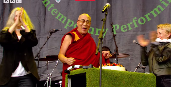 dalai-lama-patti-smith-glastonbury-2