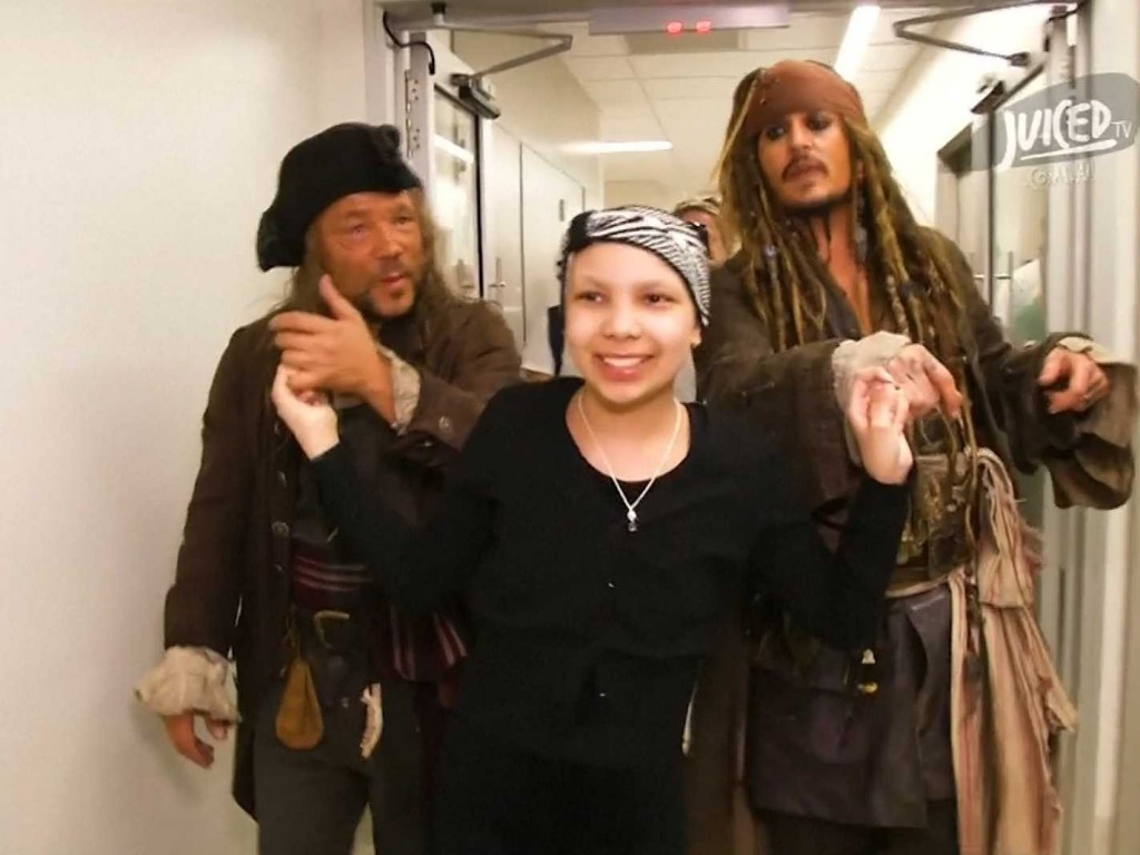these-kids-at-an-australian-hospital-freaked-out-when-johnny-depp-came-for-a-visit-as-captain-jack-sparrow