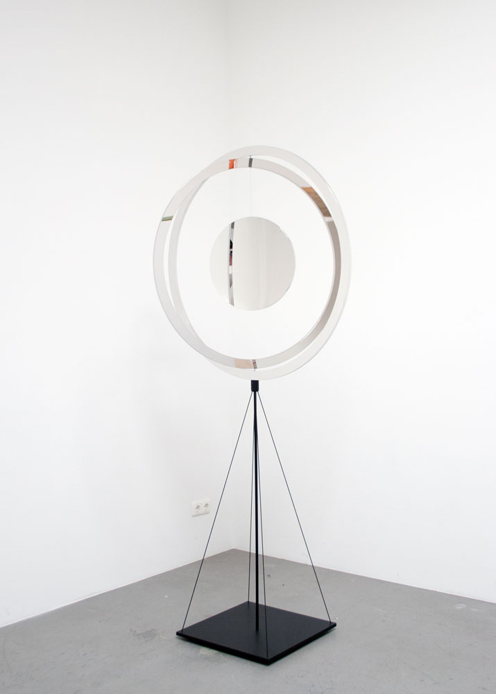 Jeppe Hein, Stabilé, 2013, high polished stainless steel (super mirror), varnished steel, 210 x 100 x 50 cm