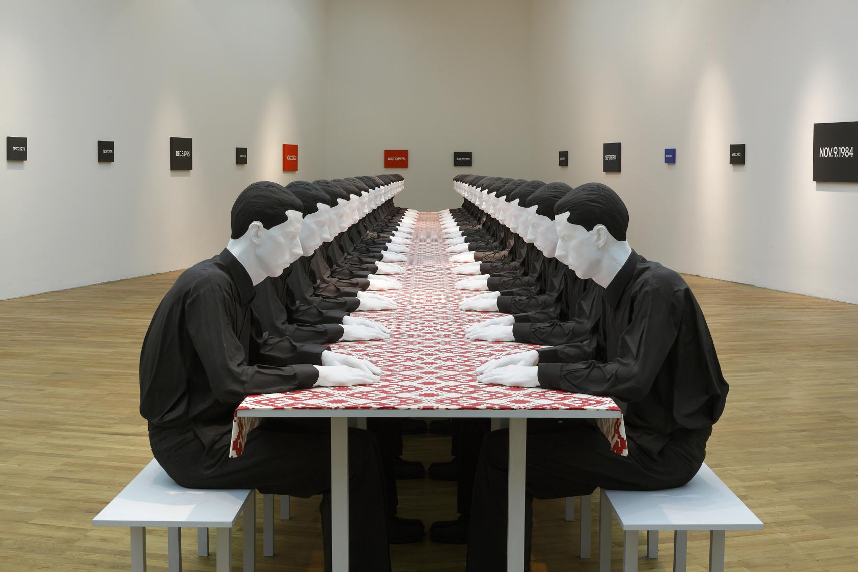 Katharina Fritsch, Tischgesellschaft (Company at the Table), 1998, polyester, wood, cotton and paint, 140 x 1600 x 175 cm