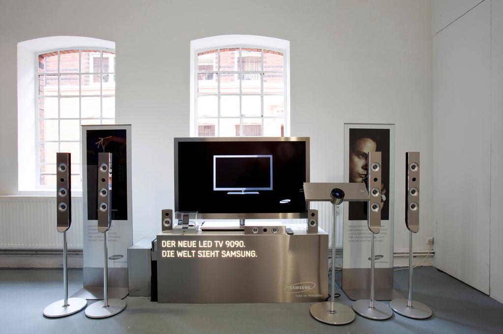 Simon Denny, Der Neue LED TV 9090, 2010