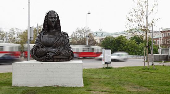 """Subdoh Gupta - """"Et tu Duchamp?"""" Skulptur am Karlsplatz"""