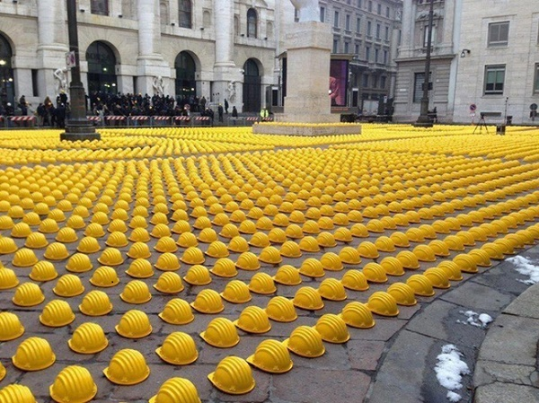 10-workers-lay-down-their-hats-on-streets