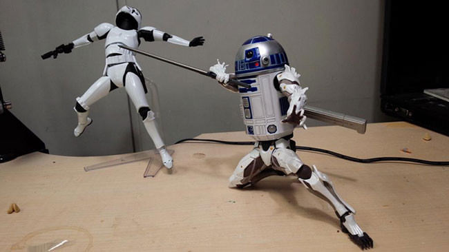 R2D2-turns-into-a-butt-kicking-machine-with-body-parts-of-other-pop-culture-characters2-650x366