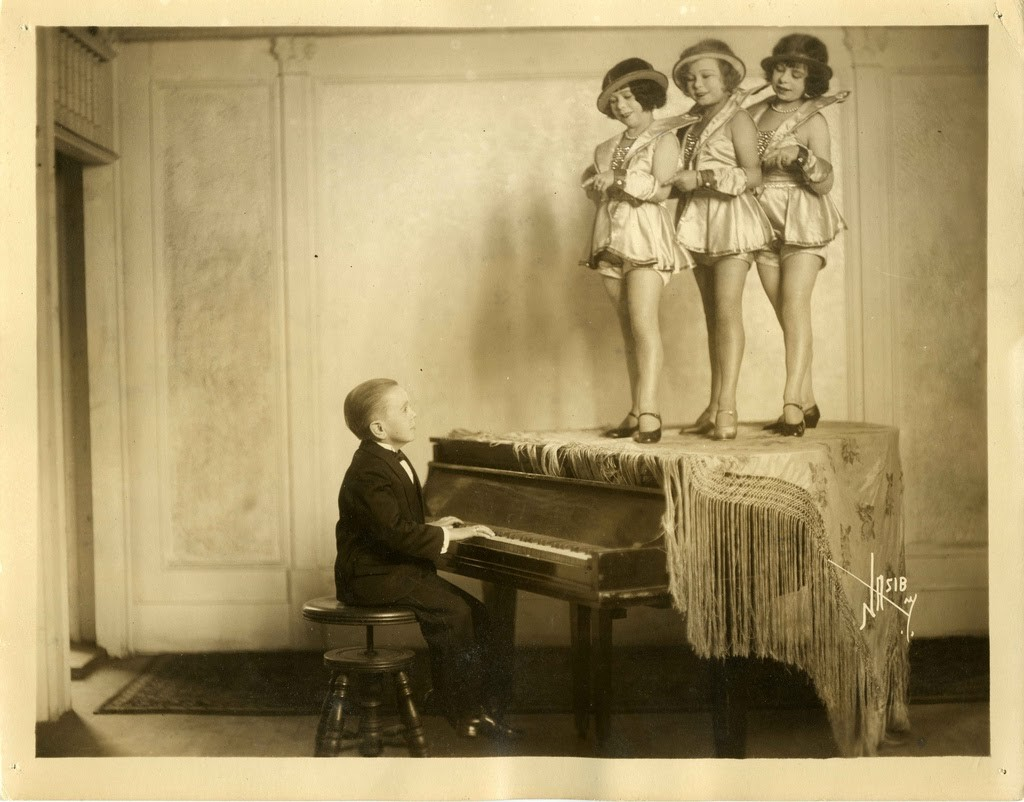 Hans+Kasemann+and+his+Midget+Troupe,+1920s+(15)