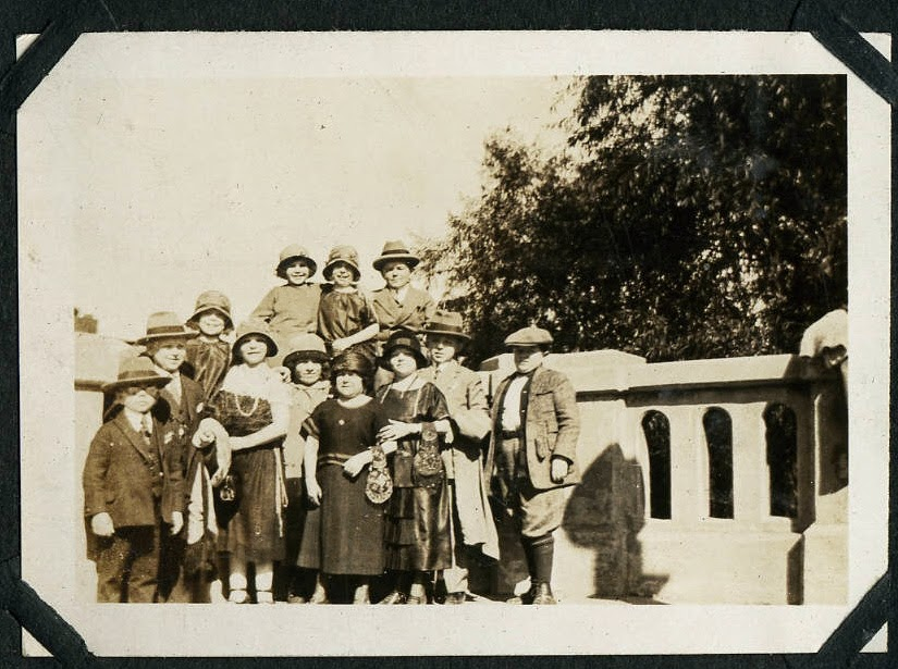 Hans+Kasemann+and+his+Midget+Troupe,+1920s+(19)