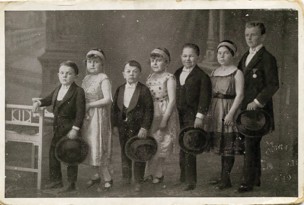 Hans+Kasemann+and+his+Midget+Troupe,+1920s+(26)