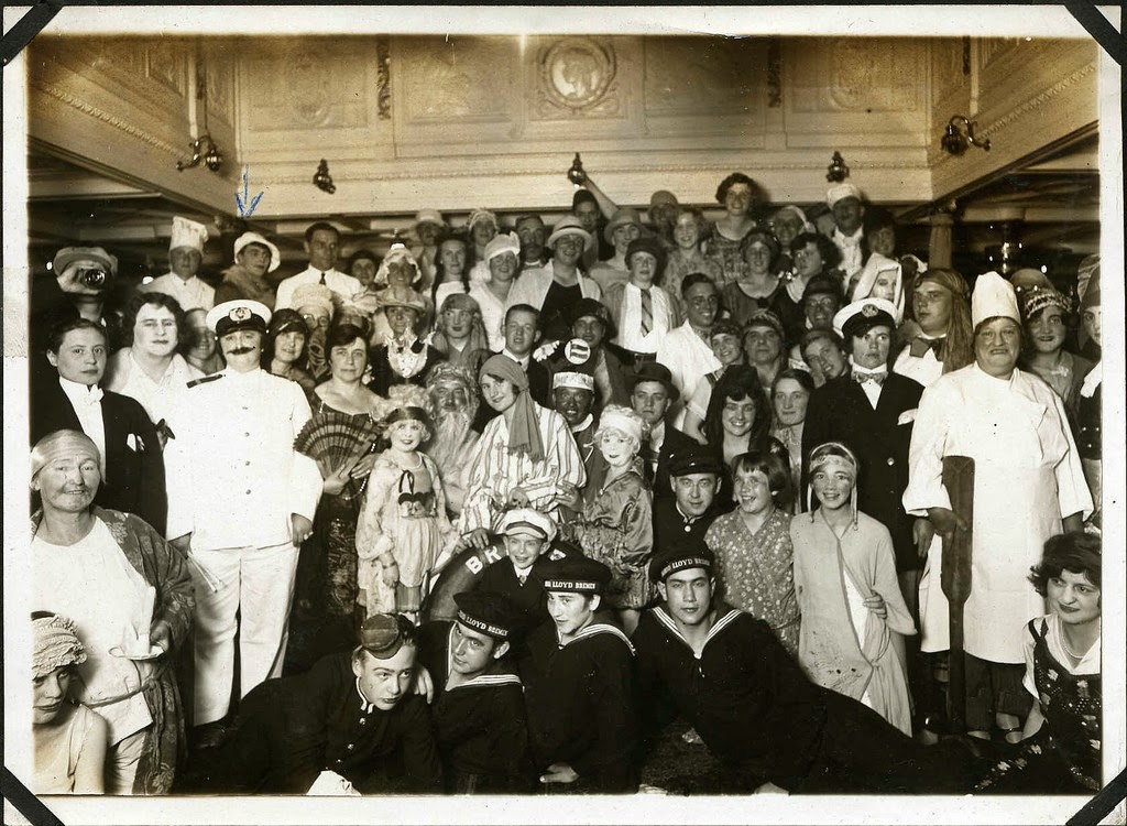 Hans+Kasemann+and+his+Midget+Troupe,+1920s+(39)