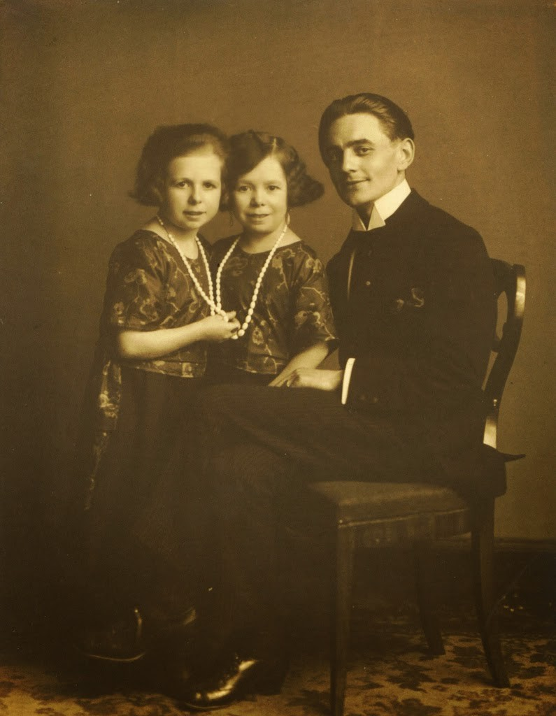 Hans+Kasemann+and+his+Midget+Troupe,+1920s+(56)