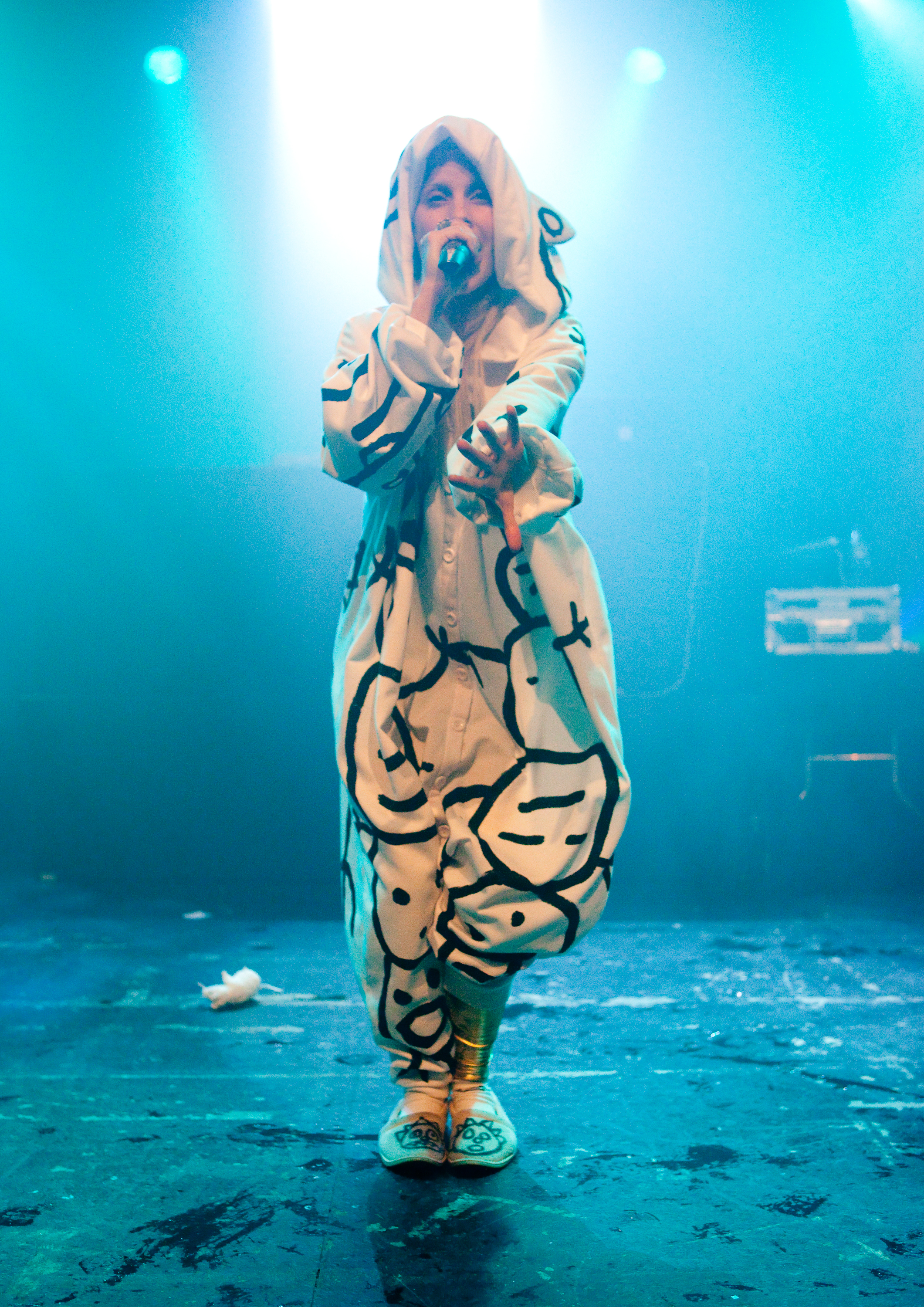 Yolandi_Visser_on_stage_with_rat