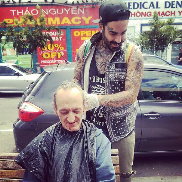 homeless-haircuts-drug-addiction-street-barber-nasir-sob_015