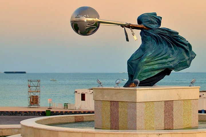 statue-mother-nature-rotates-earth-force-nature-lorenzo-quinn-2-720x480